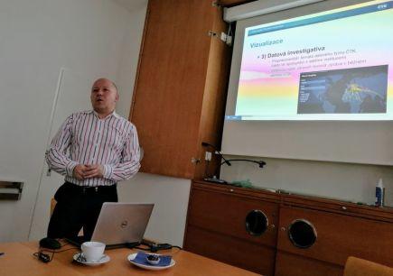 Ředitel pro strategii a rozvoj ČTK Jaroslav Kábele prezentuje novou službu datových vizualizací, které budou od roku 2018 součástí inforgrafického servisu ČTK
