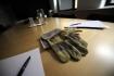 Pracovní smlouva, rukavice, kancelářský stůl, podpis, propiska - ilustrační foto.