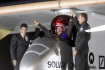 Pilot experimentlnho letounu Solar Impulse Bertrand Piccard se po pistn raduje z spnho letu.