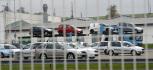 Škoda Auto ve Vrchlabí (na snímku z 16. října) zahajuje výrobu dvouspojkové převodovky DQ200 pro koncern Volkswagen. Produkci 1000 kusů denně firma plánuje zvýšit od půlky příštího roku až na 1500. V souvislosti s náběhem výroby převodovek a ukončením montáže vozů Roomster a Octavia ve Vrchlabí nastane i pohyb tamních zaměstnanců. Podle odborů Kovo má automobilka ve Vrchlabí zrušit asi 200 pracovních míst. Zaměstnanci mohou přejít do závodů v Kvasinách či Mladé Boleslavi nebo odejít s odstupným. Pracovníci mají své rozhodnutí personálnímu oddělení oznámit do 2. listopadu. Škoda Auto na začátku letošního roku po celém světě zaměstnávala rekordních 25.800 lidí a vytvořila 1650 nových pracovních míst.