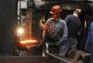 Průmysl, výroba výkovků pro automobilový průmysl, dělníci - ilustrační foto.
