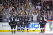 Hokejisté Los Angeles Kings se radují z gólu.
