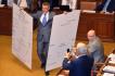 Schůze Sněmovny pokračovala 10. července v Praze. Poslanci debatovali o kontroverzním vládním návrhu na zavedení elektronické evidence tržeb. Na snímku ministr financí Andrej Babiš předvádí vzor účtenky pro evidenci tržeb