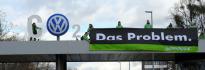 """Aktivisté z organizace Greenpeace vyšplhali na střechu vchodu do ústředí německého automobilového koncernu Volkswagen. Rozvinuli zde transparent s nápisem \""""Das Problem\"""" odkazující na reklamní heslo firmy \""""Das Auto\""""."""