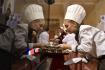 Studenti kuchařských a cukrářských oborů z celé ČR soutěžili 11. prosince v sále karlovarského Grandhotelu Pupp v 17. ročníku soutěže Lázeňský pohárek. Na snímku je cukrářka Anna Englcová ze Střediska praktického vyučování Grandhotelu Pupp.