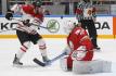 Kanadský útočník Taylor Hall se snaží překonat běloruského brankáře Dmitrije Milčakova v utkání světového šampionátu v Petrohradu.