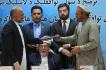 Afghánská vláda dnes podepsala návrh mírové dohody s obávaným islamistickým vůdcem Gulbuddínem Hekmatjárem. Je to první významná dohoda Kábulu s povstalci od pádu Talibanu v roce 2001. Dohodu podepsal šéf afghánské mírové rady Ahmad Gílání, vládní bezpečnostní poradce Muhammad Haníf Atmar a Hekmatjárův zástupce Amín Karím (poslední dva na snímku).