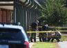 Policejní vyšetřovatelé na místě střelby v základní škole ve městě Townville v Jižní Karolíně.