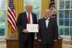Kmoníček: Návštěvu Zemana u Trumpa odsouvá řešení krize s KLDR
