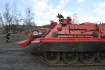 Ke zbytkům trojské lávky dorazily dva vyprošťovací tanky - videopřenos
