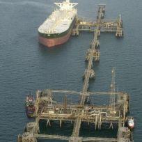 Ilustrační foto - Obří tanker Abqaiq čerpá iráckou ropu na terminálu Míná al-Bakr na jihu země v Perském zálivu.
