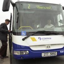 Ilustrační foto - Pasažéři nastupují do nového nízkopodlažního autobusu českého výrobce SOR Libchavy - ilustrační foto.