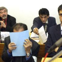 Listem papíru kryje svoji tvář člen katarské královské rodiny Hámid bin Abdal Sání obžalovaný ze sexuálních kontaktů s nezletilými dívkami, který 25. dubna usedl na lavici obžalovaných u Obvodního soudu pro Prahu 2. Spolu s ním jsou obžalovány tři ženy, které mu podle policie mladičké dívky obstarávaly. V pozadí vlevo je obhájce Jiří Lžičař, zcela vpravo tlumočník.