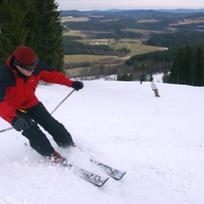 Lyžaři ve Skiareálu Lipno, kde se 5. prosince poprvé rozjely nové lanovky. Modernizace areálu, při níž se všechna přepravní zařízení vyměnila za bezbariérová, si vyžádala více než 200 milionů korun.