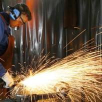 Továrna, dělník, práce. Ilustrační foto.