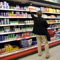 Ilustrační foto - Nakupování v supermarketu, zákazník, mléčné výrobky. Ilustrační foto.