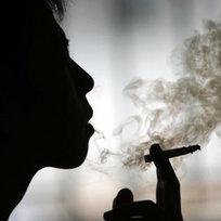 Kuřák, kouření, cigareta, silueta, dým, ilustrační foto.