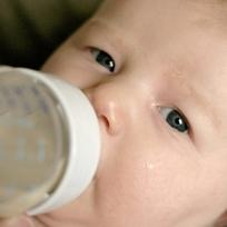 Ilustrační foto - dítě, novorozenec novorozeně, mimino miminko, kojenec, kojenecká lahev, krmení - ilustrační foto