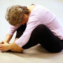 Starší žena. Cvičení. Aktivní stáří. Střední věk. Záda. Strečink. Ilustrační foto.