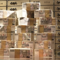 Ilustrační foto - Pětitisícové bankovky, české koruny, trezor - ilustrační foto.