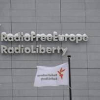 Ilustrační foto - Sídlo rozhlasové stanice Rádio Svobodná Evropa/Rádio Svoboda (RFE/RL) v Praze na Hagiboru na snímku z 15. ledna (vlajky jsou stranově převráceny působením větru).