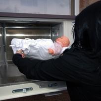 Figurína nemluvněte při demonstraci ukládání dítěte do babyboxu - ilustrační foto.