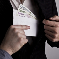 Úplatek, korupce, bankovky, obálka s penězi - ilustrační foto.
