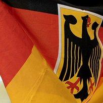 Německo - vlajka se znakem - ilustrační foto.