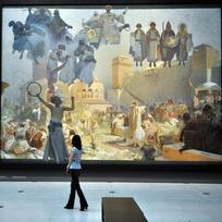 Ve velké dvoraně Veletržního paláce v Praze byla 9. května zahájena výstava Slovanská epopej Alfonse Muchy. Veřejnosti se nová expozice otevře den poté.
