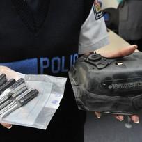 Ilustrační foto - Policistka ukazuje 21. září na tiskové konferenci v Brně předměty, které brněnští kriminalisté zadrželi u čtrnáctičlenného gangu specializovaného na krádeže luxusních vozidel v ČR, Rakousku a Slovensku. Zatím je podezírají z prodeje deseti vozů se škodou osm milionů korun. Při policejním zátahu bylo ale zajištěno ještě dalších 14 aut, která jsou s největší pravděpodobností také kradená.