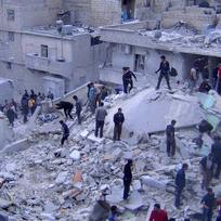 Ilustrační foto - Lidé prohledávají v Halabu trosky budov zničených při náletech syrského letectva.