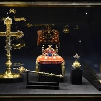 Ve Vladislavském sále Pražského hradu jsou od 10. května vystaveny české korunovační klenoty. Souprava zahrnuje Svatováclavskou korunu, královské žezlo a jablko, korunovační plášť s doplňky, korunovační kříž a Svatováclavský meč.