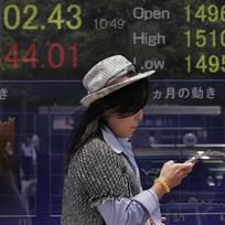 Elektronocká tabule s vývojem hodnot indexů na tokijské akciové burze.