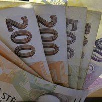 Peníze, bankovky, česká měna, koruna, úspory - ilustrační foto.