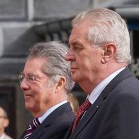 Prezident Miloš Zeman (vpravo) se 18. října 2013 setkal na zámku v Českém Krumlově se svým rakouským protějškem Heinzem Fischerem.