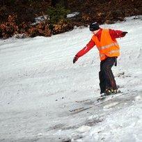 Lyžař na sjezdovce, nedostatek sněhu - ilustrační foto.