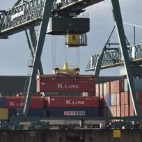 Kontejnery v přístavu v Kolíně nad Rýnem, průmysl, doprava - ilustrační foto.