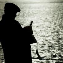Muž u řeky, silueta, procházka, krmení ptáků - ilustrační foto.