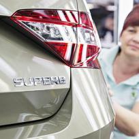 V závodě automobilky Škoda Auto v Kvasinách začali vyrábět třetí generaci modelu Superb (na snímku z 10. března je jeden z prvních sériových vozů). Prodejci v Česku začali přijímat objednávky v úterý, na trh se první vozy dostanou v červnu.