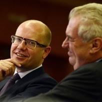 Ilustrační foto - Zleva premiér Bohuslav Sobotka a prezident Miloš Zeman se zúčastnili 28. května v Praze celorepublikového sněmu Hospodářské komory.