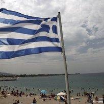 Řecká vlajka poblíž pláže v Aténách - ilustrační foto.