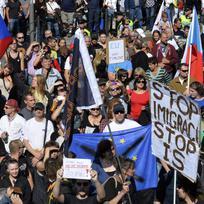 """Ilustrační foto - Demonstrace \""""Za naši kulturu a bezpečnou zem\"""" se konala 12. září v Praze. Její pořadatelé jsou proti přijímání imigrantů a za vystoupení ČR z EU. V pozadí u sochy sv. Václava je demonstrace \""""Za otevřenou Evropu, proti rasismu, xenofobii a náboženské nesnášenlivosti v ČR\""""."""