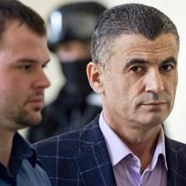 Pražský městský soud 14. září znovu projednával přípustnost vydání trojice údajných spolupracovníků teroristů do USA. Jeden ze zadržených, Alí Fajád (na snímku vpravo), je údajně bratrem taxikáře, z jehož vozu zmizelo v Libanonu pět Čechů včetně Fajádova právníka. Alí Fajád, Faouzi Jaber a Chálid Marabi chtěli podle obžaloby prodat zbraně a drogy v přepočtu za 160 milionů korun americkým agentům předstírajícím, že jsou členy kolumbijské teroristické organizace. Česká policie trojici zadržela v pražském hotelu.