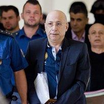 Ilustrační foto - Pražský městský soud 14. září znovu projednával přípustnost vydání trojice údajných spolupracovníků teroristů do USA. Jeden ze zadržených, Alí Fajád, je údajně bratrem taxikáře, z jehož vozu zmizelo v Libanonu pět Čechů včetně Fajádova právníka. Alí Fajád, Faouzi Jaber (uprostřed) a Chálid Marabi chtěli podle obžaloby prodat zbraně a drogy v přepočtu za 160 milionů korun americkým agentům předstírajícím, že jsou členy kolumbijské teroristické organizace. Česká policie trojici zadržela v pražském hotelu.