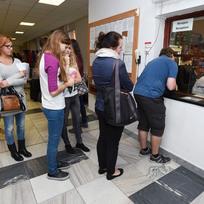 Ilustrační foto - Zhruba 5000 míst nabídla na vysokoškolských kolejích pro nadcházející školní rok svým studentům Univerzita Palackého v Olomouci. Na snímku jsou studenti před recepcí na Koleji J. L. Fischera.