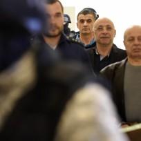 Pražský městský soud 22. září rozhodoval o přípustnosti vydání trojice cizinců viněných ze spolupráce s teroristy do Spojených států. Jeden ze zadržených, Alí Fajád (třetí zprava), je údajně bratrem taxikáře, z jehož vozu zmizelo v Libanonu pět Čechů. Dalšími obviněnými jsou Faouzi Jaber (druhý zprava) a Chálid Marabí (vpravo).