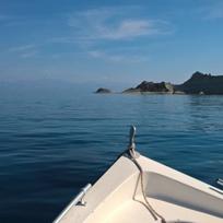 Loď, člun, moře, migrace, dovolená, turistika - ilustrační foto