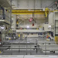 Ilustrační foto - V rámci žádosti o povolení dalšího provozu pro první reaktorový blok (v pozadí) jaderné elektrárny Dukovany probíhají v těchto dnech na 1. reaktorovém bloku prověrky tlakové nádoby reaktoru, která je limitující pro další provoz bloku. Z reaktoru kvůli tomu muselo být vyvezeno do sousedního bazénu s vodou všech 349 palivových souborů a odmontováno veškeré vnitřní zařízení. Prověrka 12 metrů vysoké a 215 tun vážící ocelové nádoby probíhala týden v nepřetržitém provozu, stěny byly zkoumány ultrazvukem.