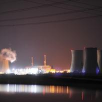 V rámci žádosti o povolení dalšího provozu pro první reaktorový blok jaderné elektrárny Dukovany probíhají v těchto dnech na 1. reaktorovém bloku prověrky tlakové nádoby reaktoru, která je limitující pro další provoz bloku. Z reaktoru kvůli tomu muselo být vyvezeno do sousedního bazénu s vodou všech 349 palivových souborů a odmontováno veškeré vnitřní zařízení. Prověrka 12 metrů vysoké a 215 tun vážící ocelové nádoby probíhala týden v nepřetržitém provozu, stěny byly zkoumány ultrazvukem. Na nočním snímku je celkový pohled na elektrárnu, kde v současné době vinou plánovaných i neplánovaných odstávek běží na plný výkon jen 4. blok.