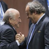 Etická komise Mezinárodní fotbalové federace FIFA pozastavila předsedovi Seppu Blatterovi (vlevo) a šéfovi UEFA Michelu Platinimu (vpravo) na 90 dní výkon funkce.
